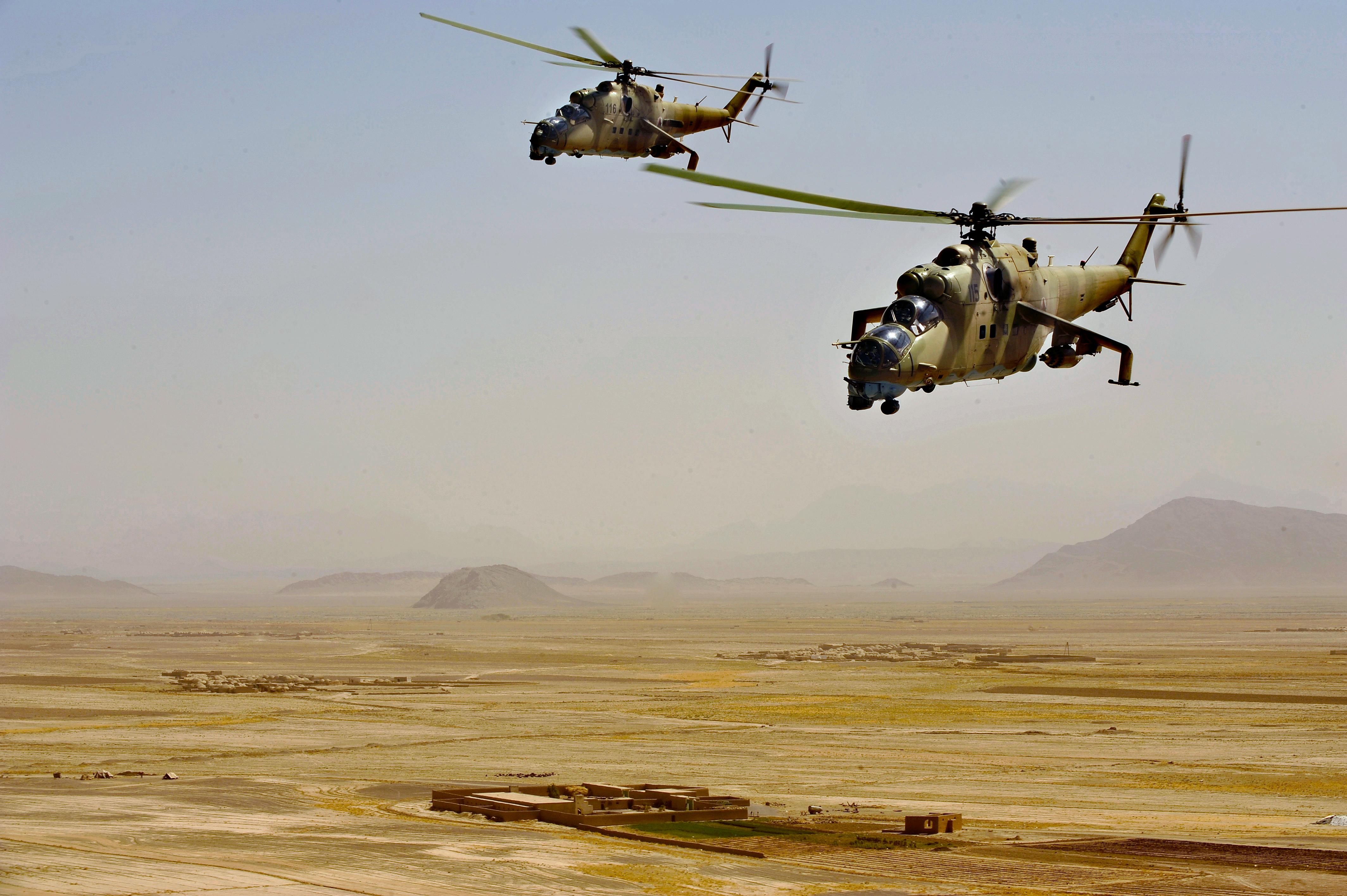 Mi-35 afganos. Bajo las estaciones de armas se puede observar la cabina de transporte de personal.