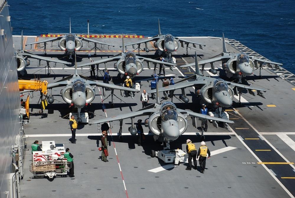 Ocho AV-8B  Harrier a popa de la cubierta de vuelo del Juan Carlos I.