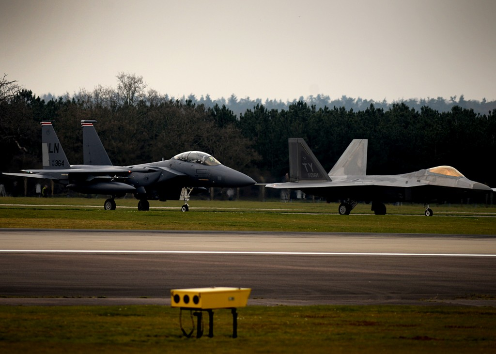 F-15 Eagle y F-22 Raptor en la base de RAF Lakenheath.