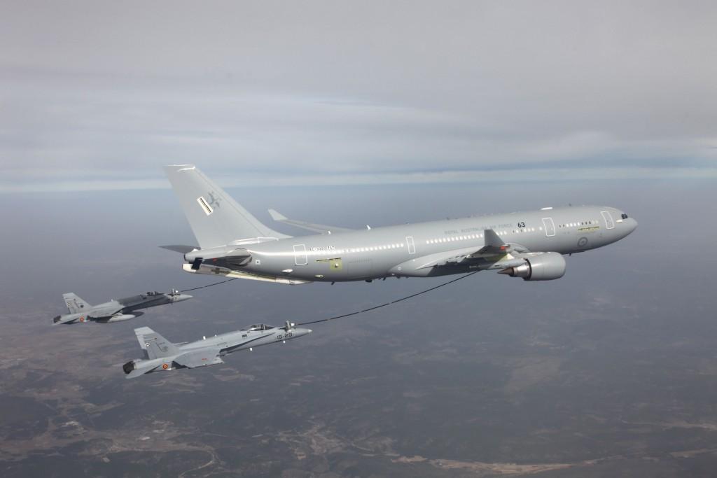 Dos F-18 del Ejército del Aire reciben combustible de un A-330 MRTT australiano en pruebas.