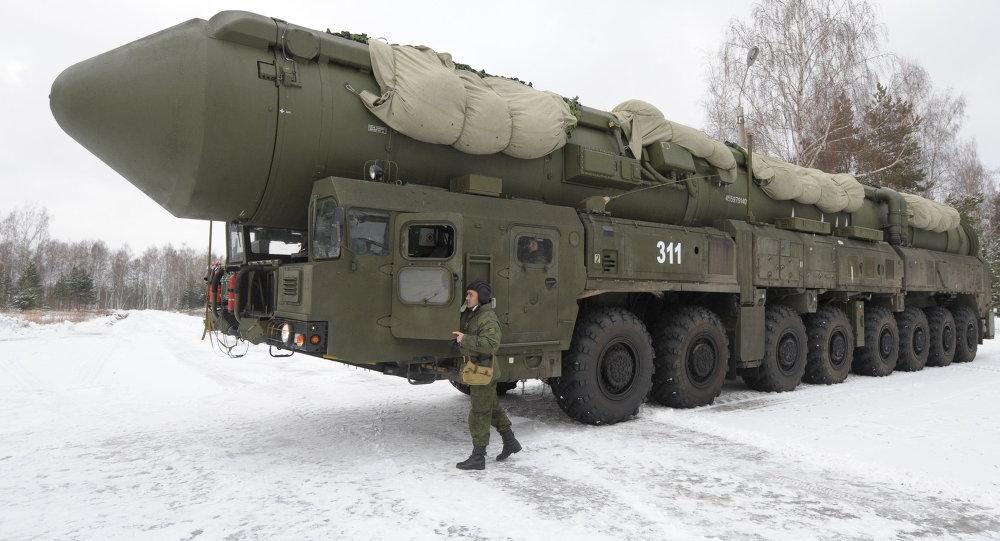 Un ICBM RS-24 Yars sobre su vehículo lanzador.