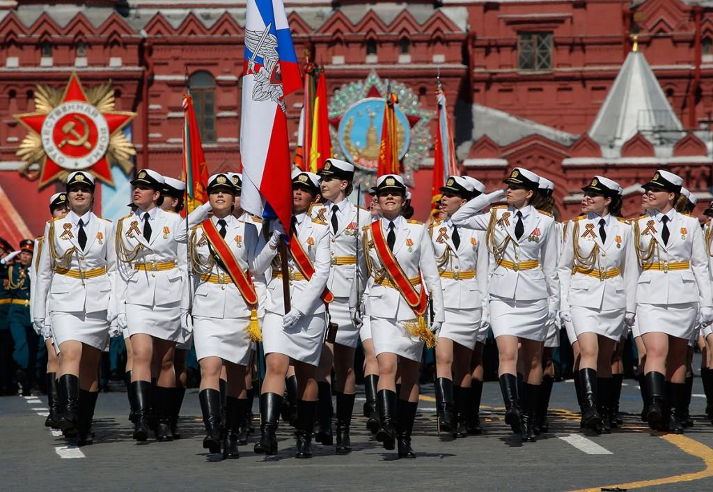 Mujeres oficiales y suboficiales de las fuerzas armadas rusas en un nada discreto uniforme.