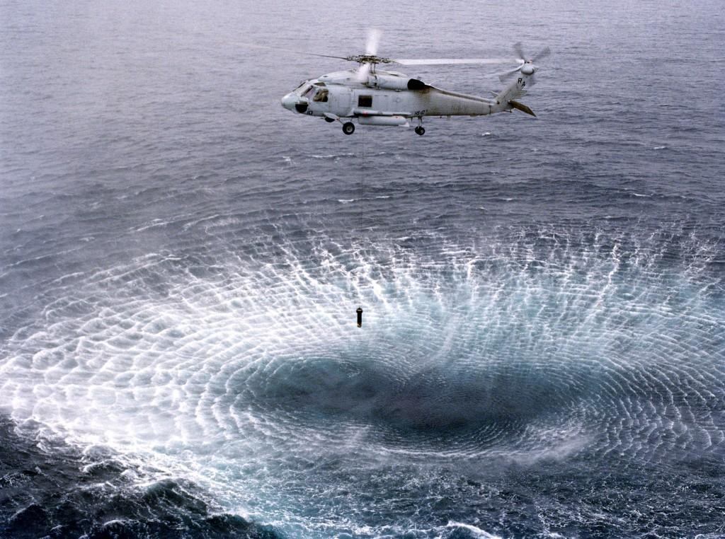 SH-60F calando su sonar. Desde la transformación de nuestros SH-3 Sea King a helicópteros de transporte no hemos vuelto a disponer de sonares calables en helicópteros.