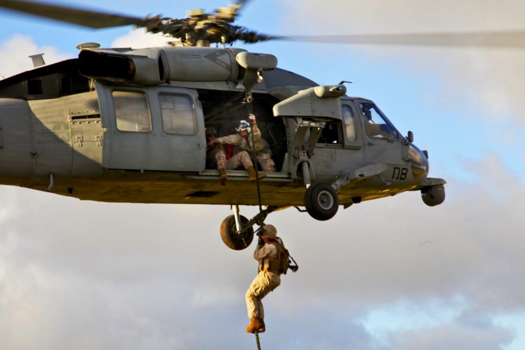 Marines de los Estados Unidos realizando Fast-Rope desde un MH-60S.