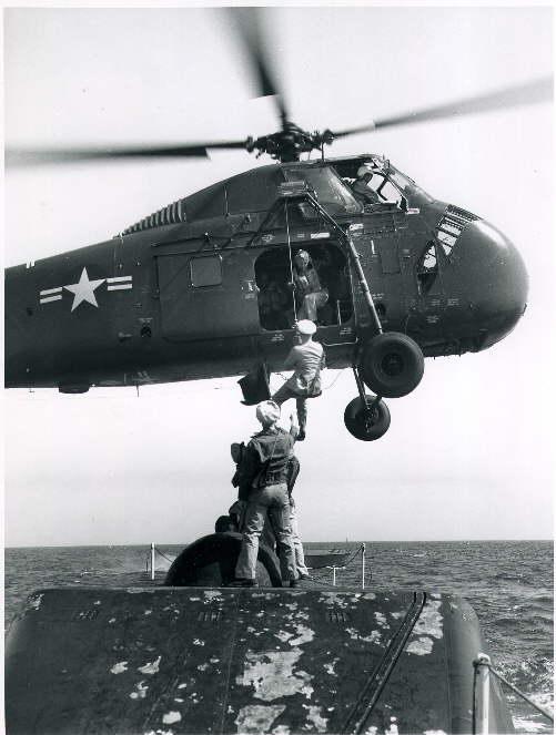 Momento en que un helicóptero recoge al Comandante Edward L Beach para llevarle hasta Washington.