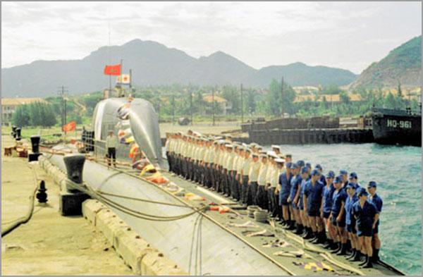Un submarino nuclear de ataque soviético en Cam Ranh, en 1982.