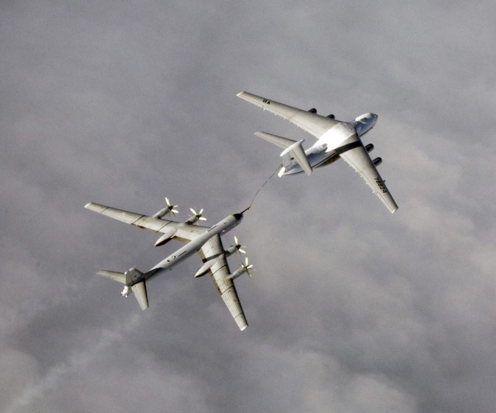 IL-78 repostando a un TU-95 soviético. Estos bombarderos se utilizan también en misiones de reconocimiento sobre la base americana de Guam.