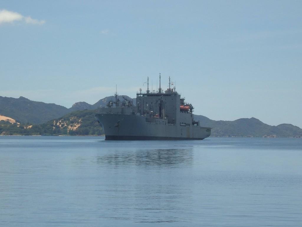 El buque americano USNS Richard E. Byrd, en una escala logística en la bahía de Cam Ranh, en 2011.