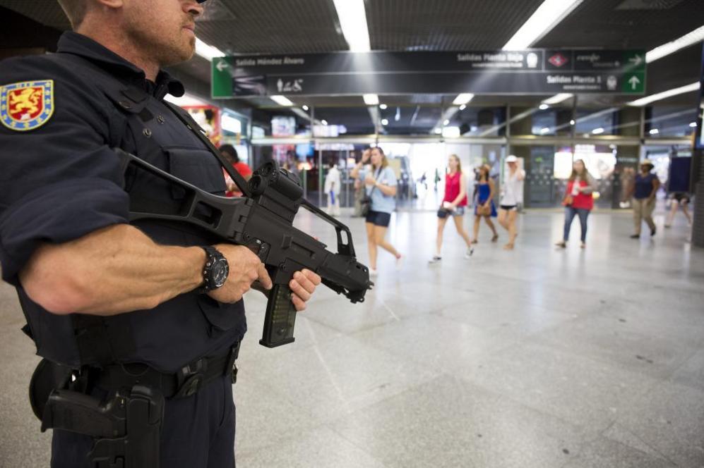Policía Nacional española armada con fusiles de asalto, en patrulla en el aeropuerto de Barajas.