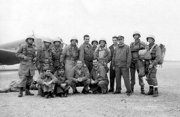 Paracaidistas españoles en Ifni, en su primera acción de guerra.