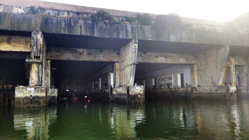 Salida al mar de los diques del búnquer K3. La foto está tomada desde un pantalán para embarcaciones de recreo.