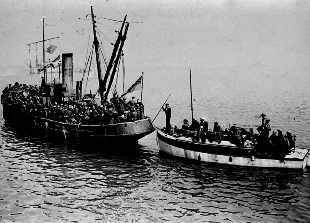 Hasta 700 embarcaciones menores, muchas de ellas requisadas a civiles, participaron en la evacuación.
