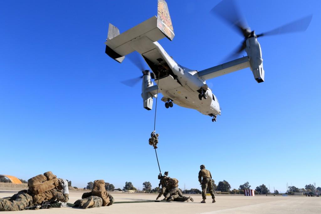 Marines del SPMAGTF de Morón realizando Fast Rope desde uno de los MV-22 estacionados en esta base de la provincia de Sevilla.
