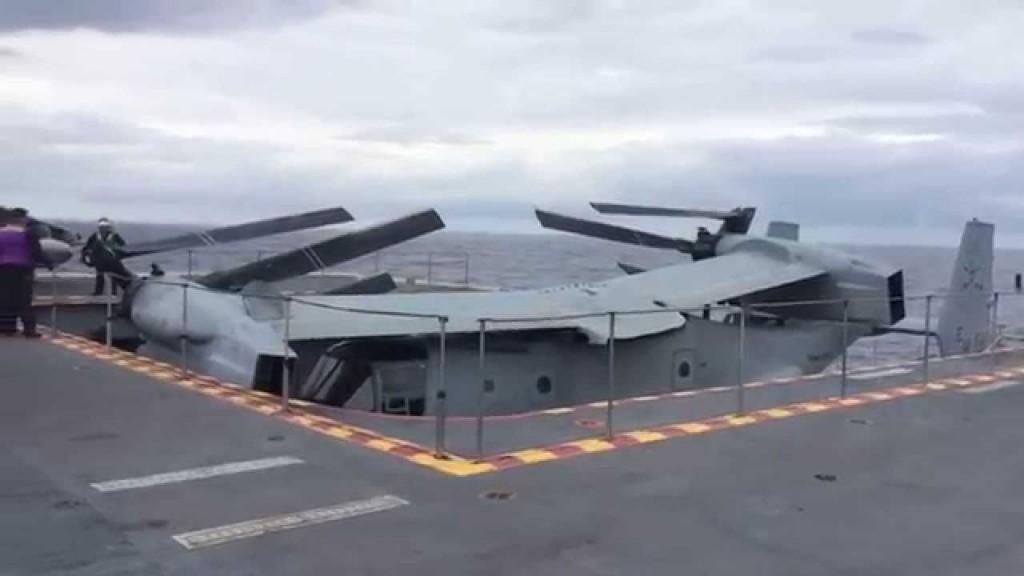 Un MV-22 Osprey descendiendo al hangar del Juan Carlos I.